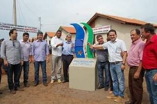 Governador fazendo a entrega das casas em distrito de Maracaju (Foto: Hosana Maria Lima)