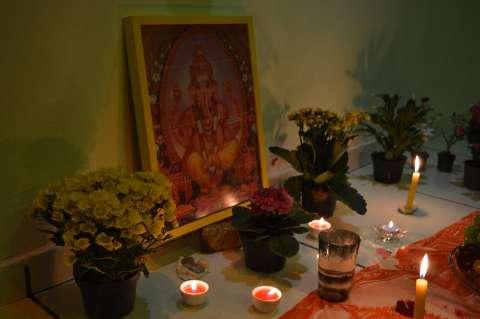 """Em """"puja para Ganesha"""", quem pratica yoga pede um ano de 2017 próspero e sábio"""