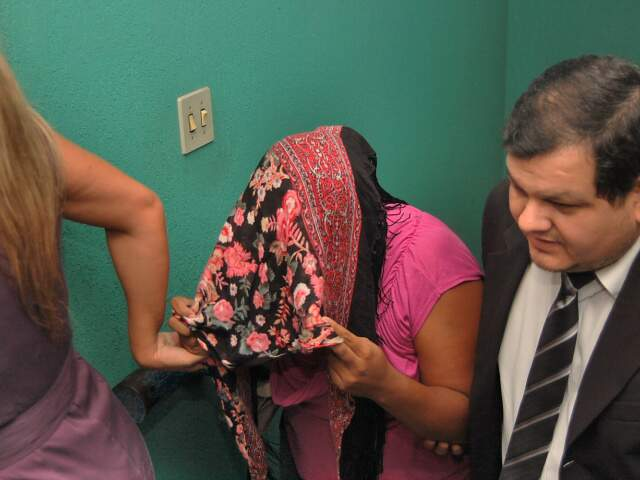 Universitária que deu o calote nos colegas às vésperas de formatura chega à Delegacia. (Foto: Marlon Ganassin)