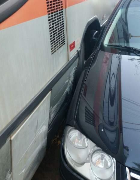 O veículo que estava na frente no ônibus foi jogado para o lado esquerdo. (Foto: Direto das ruas)