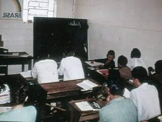 Minha primeira sala de aula no São Julião, 1971. Adolfo é o menino da direita. Gosto do Brasil ao contrário porque estava mesmo. Época de ditadura braba.
