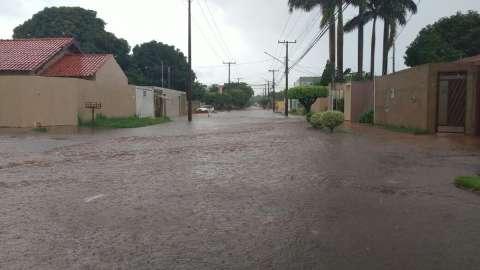 Pancada de chuva na Capital faz temperatura despencar, mas calor continua