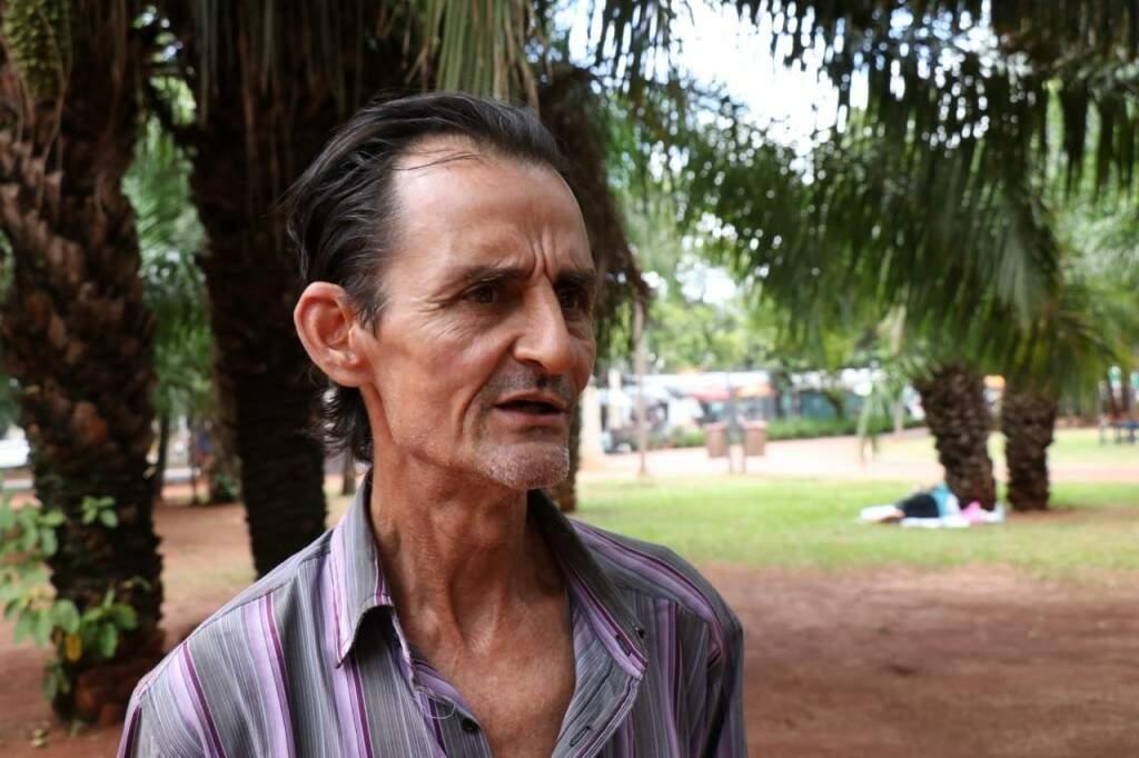 O artesão Luiz Carlos Garcia (Foto: Henrique Kawaminami)