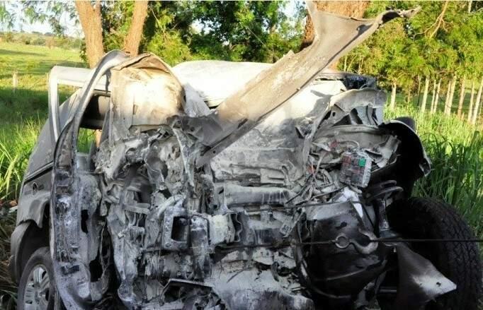 Carro ficou completamente destruído (Foto: Dourados Agora)