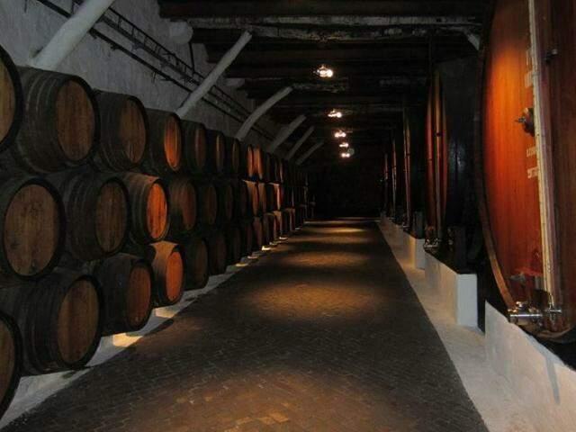 Caves de vinho na ribeira do Douro, em Vila Nova de Gaia, Portugal