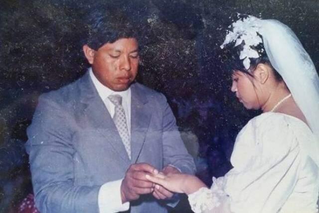 Na troca de alianças. Vestido para os dois casais trouxe sorte no amor que nem separação pôs fim.
