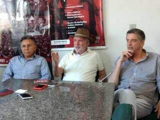Odilon de Oliveira (esquerda), João Leite Schmidt (centro) e Dagoberto Nogueira (direita), em reunião do PDT (Foto: Divulgação - PDT)