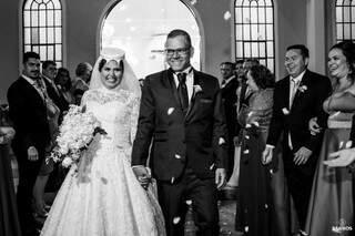 Juliana e o marido ao saírem da igreja. (Foto: Vicente Barros)