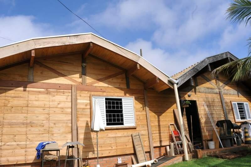 Casa foi feita nos fundos de um terreno onde há um lar de alvenaria. (Foto: Alcides Neto)
