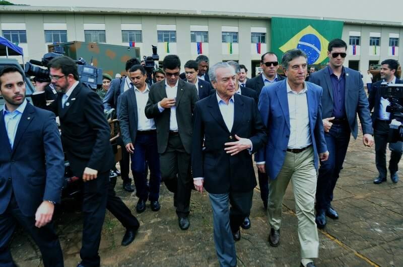 Comitiva de autoridades foi escoltada pelos soldados do Exército.  (Foto: Eliel Oliveira)