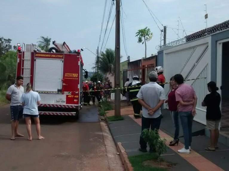 Vizinhos e Corpo de Bombeiros na frente da residência. (Foto: Simão Nogueira).
