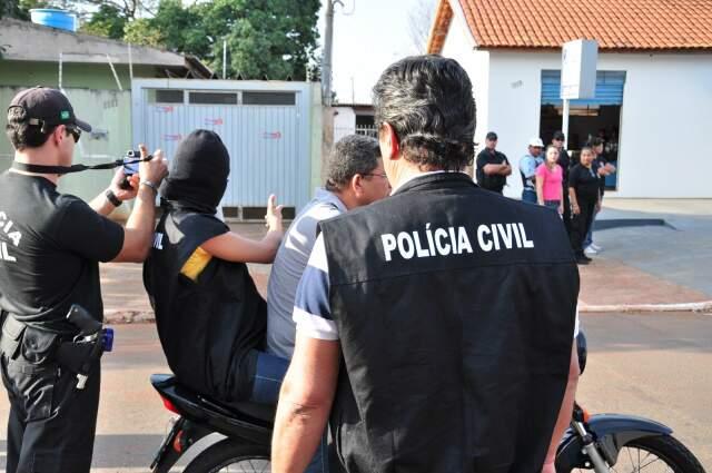 Na reconstituição do crime, adolescente usou capuz e colete e Jadher ficou no carro. (Foto: João Garrigó)