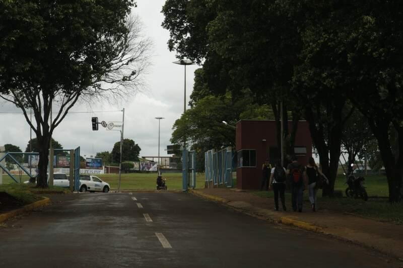 Mesmo com grades e guaritas, estudantes andam em grupos como medida de segurança (Foto: Cléber Gellio)