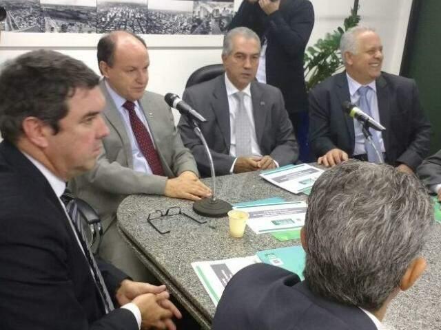 Governador Reinaldo Azambuja reunido com deputados estaduais e secretários para falar sobre o Refis (Foto: Leonardo Rocha)