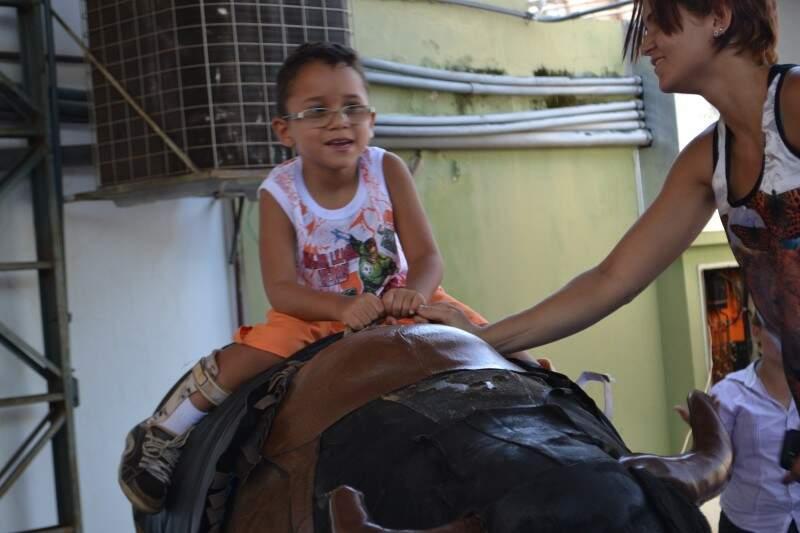 Touro mecânico era uma das opções de brincadeira (Foto: Aliny Mary Dias)