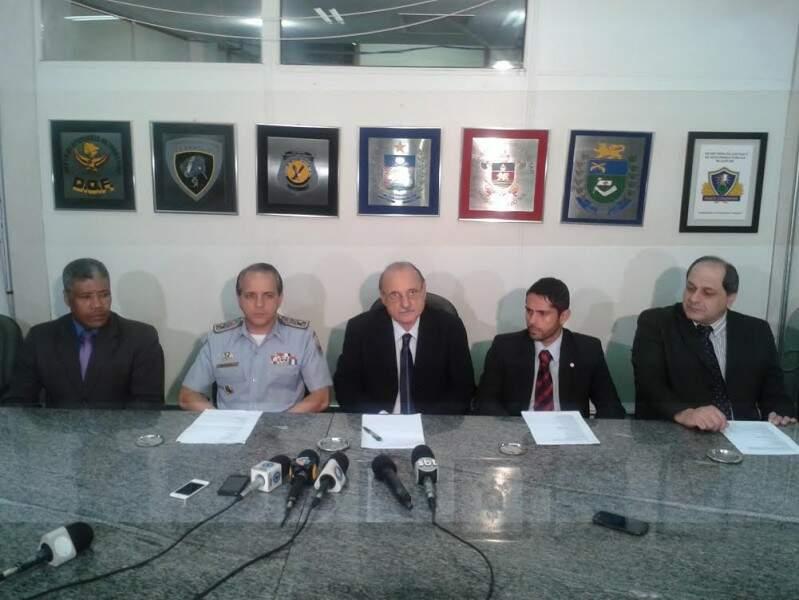 Secretário de Justiça, Wantuir Jacini (ao centro), em companhia dos líderes das forças policiais durante coletiva de imprensa (Foto: Bruno Chaves)