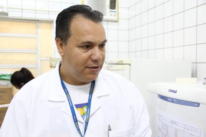 O técnico de enfermagem Juares Arantes, conta que a procura foi grande no posto do Guanandi. (Foto: Marcos Ermínio)