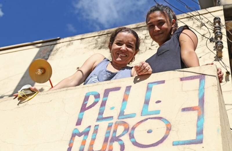 Pele de tatuagem, muro de grafite: Natacha e Sol. (Foto: Marcos Ermínio)