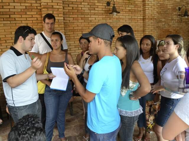 Estudantes fazem contas para conseguir dinheiro e ter semana de formatura. (Foto: Paula Vitorino)