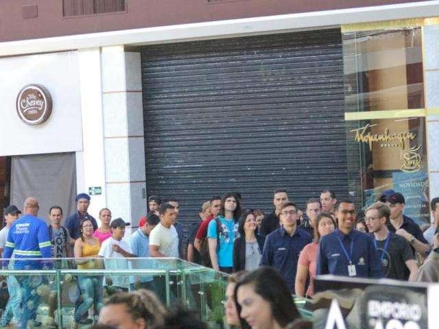 Com refém e bomba, shopping é evacuado após falsa explosão