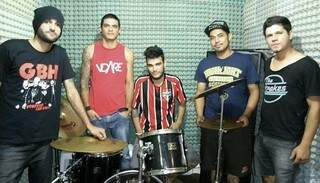 Fernando ao lado dos amigos e integrantes da banda Secondfase, em que foi guitarrista durante 8 anos. (Foto: Reprodução Facebook)