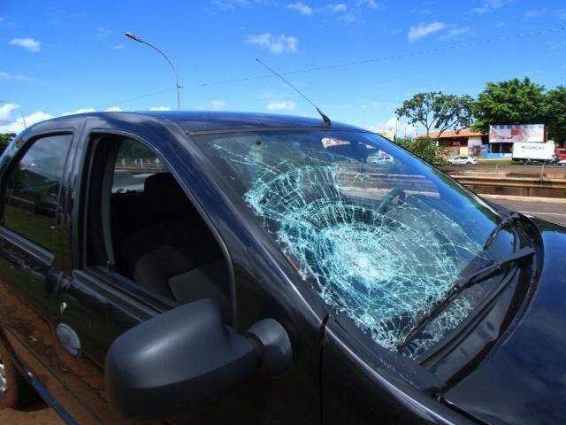 Carro envolvido no acidente ficou com o vidro danificado (Foto: André Bittar)