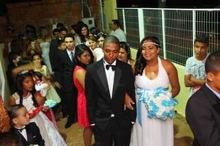 Na fila antes de entrar, noivos e acompanhantes estavam emocionados (foto: Fernando Antunes)