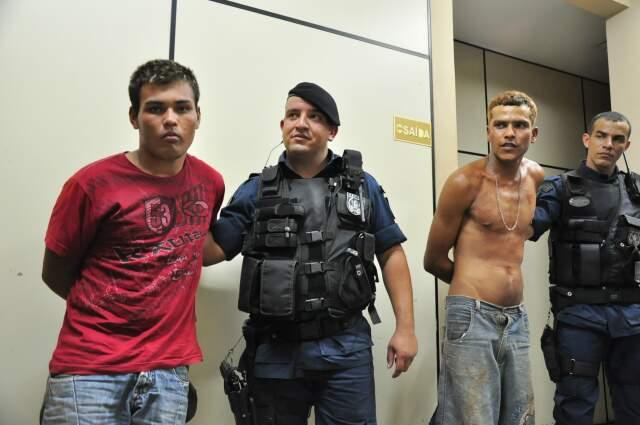 Alyson, de vermelho, tem extensa ficha criminal. Hélio escondia o fugitivo. (Foto: João Garrigó)