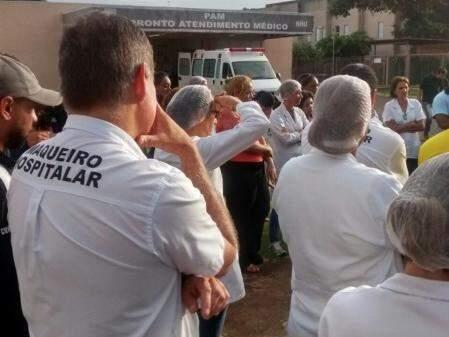 Funcionários estão reunidos no pátio do hospital. (Foto: Direto das Ruas)