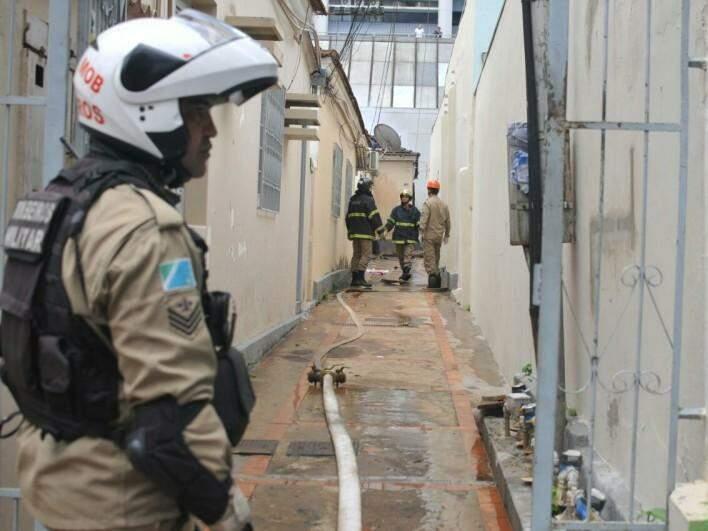 Bombeiros trabalhando no combate às chamas na sexta-feira (Foto: Alcides Neto/Arquivo)