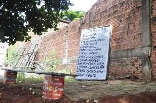 Placa descreve os 13 tipos de corno do grupo (Foto: João Garrigó)