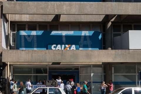 Bancários protestam contra mudanças na Caixa e agência abrirá meio-dia