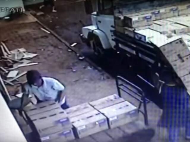 Imagens mostram bandidos carregando caminhão com defensivos roubados (Foto: reprodução)