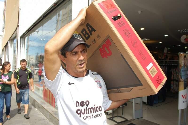 O aposentado Nalino ia deixar a TV no carro e voltar para comprar o armário da esposa. (Foto: Pedro Peralta)
