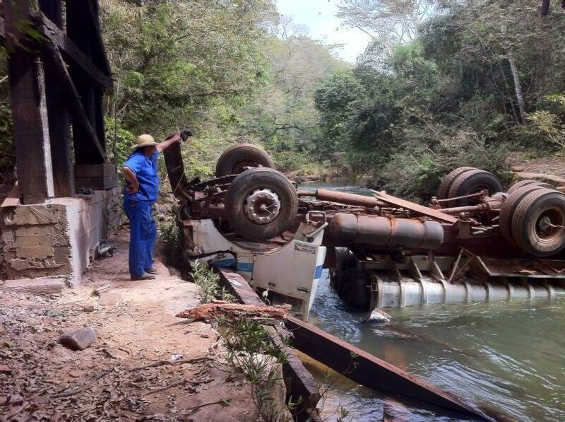 Grave acidente aconteceu depois que ponte sobre o Rio Taboco cedeu