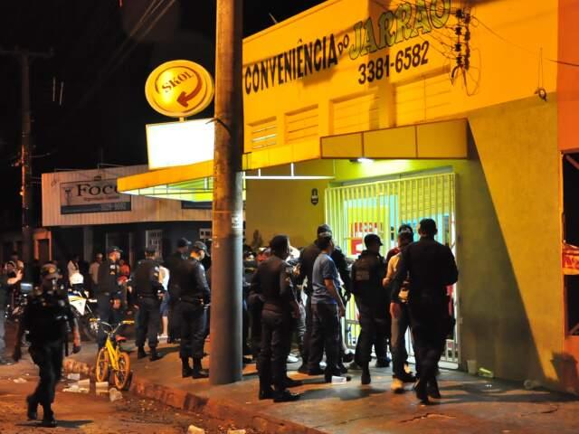 Policiais militares fizeram batida em conveniência na madrugada deste domingo (Foto: João Garrigó)