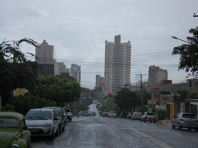 Depois de seis dias de muito calor, a chuva resolveu aparecer nesta tarde na Capital. (Foto: Marlon Ganassin)