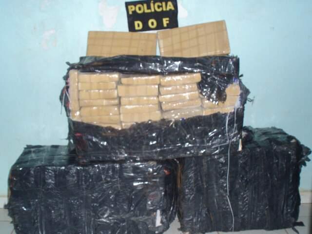 Fardos com tabletes de maconha (Foto: Divulgação/DOF)