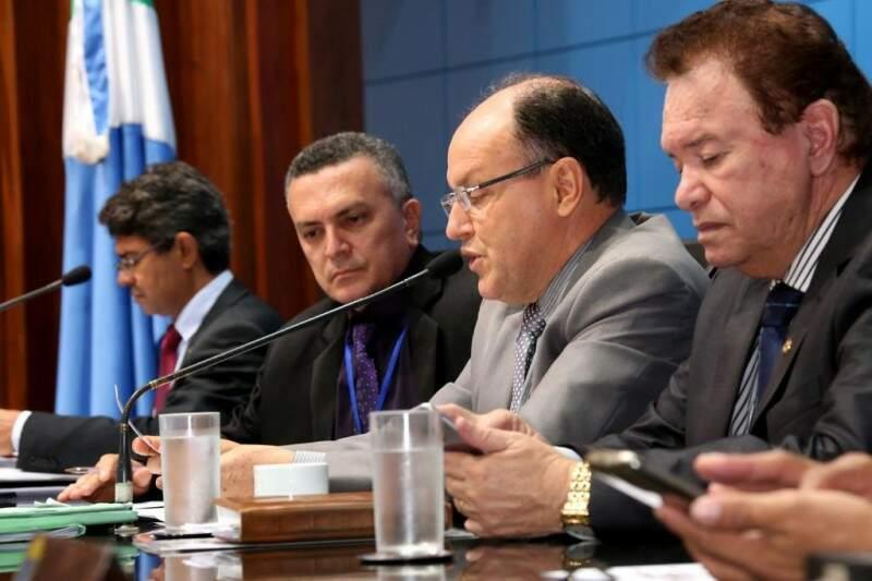 Deputados na mesa diretora durante a votação. (Foto: Divulgação/ALMS)