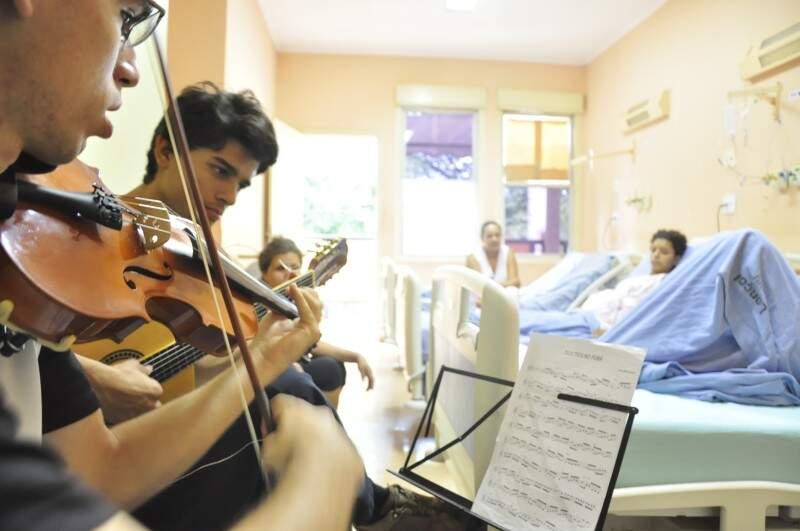 Com talento e solidariedade, o grupo de alunos usa a música como terapia para pacientes do HU (Foto: João Garrigó)