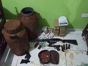 Homem é preso com arsenal de armas e drogas enterradas no quintal