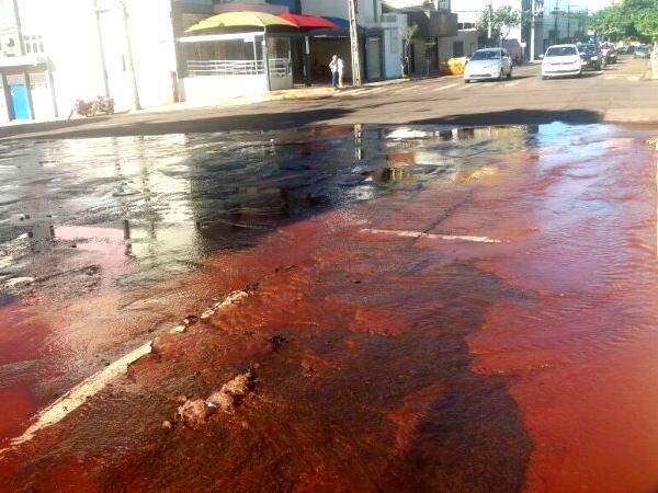 """Com a força da água, asfalto cedeu e abriu """"mina"""" no meio da rua. (Foto: Luana Rodrigues)"""