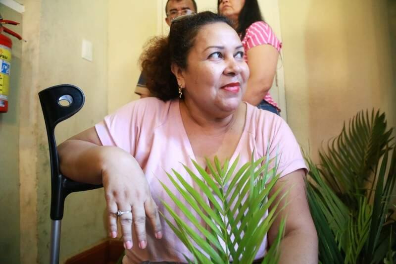 Mesmo com joelho machucado, a assistente social Carlinda Daud participou da missa nesta tarde no Santuário do Perpétuo Socorro. (Foto: Marcos Ermínio)