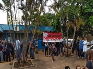 Enfermeiros protestando em frente ao Hospital da Vida, na manhã de ontem (Foto: Adilson Domingos)