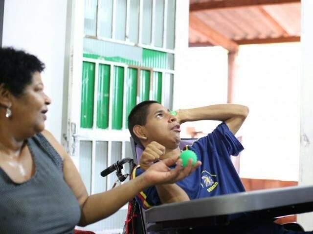 """Manuel tem 23 anos, adora ver novela na televisão, chama a mãe adotiva de """"vó"""". (Foto: Arquivo/Fernando Antunes)"""