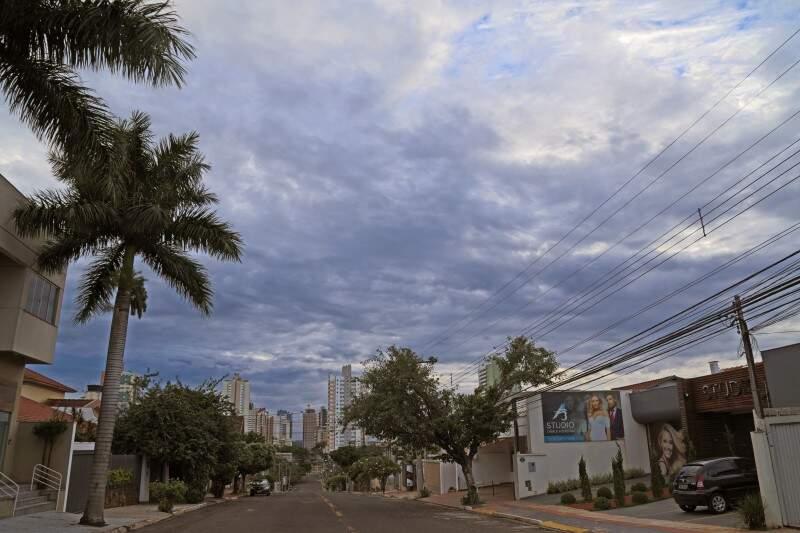 Dia na Capital amanhece com céu entre nuvens em Campo Grande e previsão é de chuva (Foto: Marcos Ermínio)