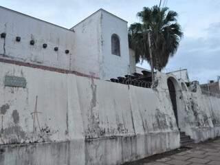 """Fechado há décadas, o casarão, na esquina da Avenida Afonso Pena com a rua Espírito Santo, abre as portas, como """"Minha Casa MS"""". (Foto: Marcelo Calazans)"""
