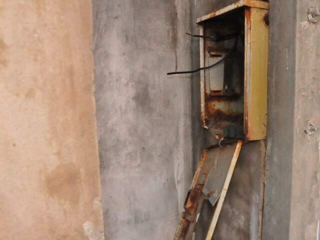 Segundo a moradora, a casa estava sem energia (Foto: Paulo Francis)
