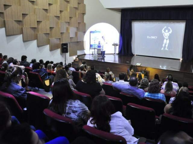 Na plateia, quem já fez, vai fazer ou está interessado. No palco, médicos falando dos riscos. (Fotos: João Garrigó)