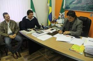 Prefeito Léo Matos quando recebia plano da comissão de representantes da educação (Foto: Divulgação)